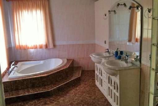 Baño grande con bañera