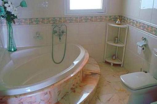Baño grande con marmol