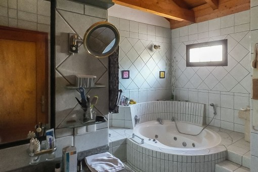 Baño con bañera hidromasaje