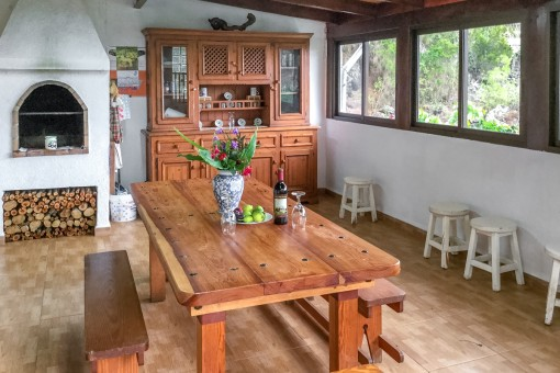 Habitación agradable con chimena
