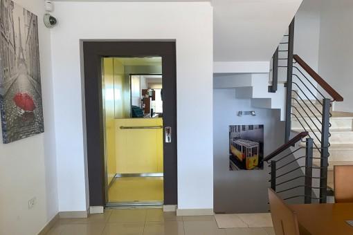 Escaleras y ascensor