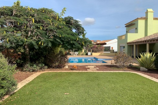 Jardín con vista a la piscina
