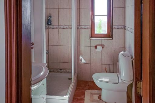 Segundo baño con luz natural