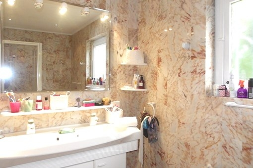 Cuarto de baño de mármol con muy buena iluminación y ventana al exterior adicional