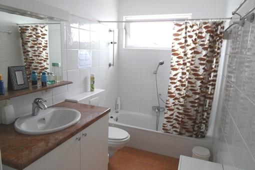 Un segundo cuarto de baño con gran bañera