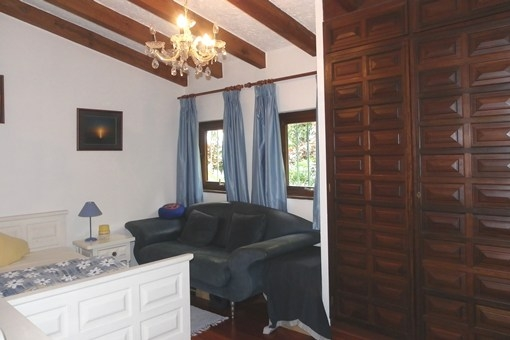 Habitación confortable y amplia con techo alto