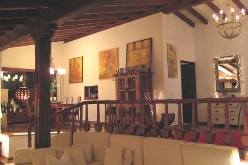 Salón armoniosamente estructurado