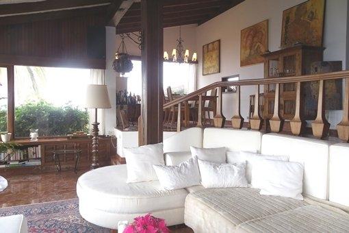 Sala de estar con comedor y techo alto con vigas