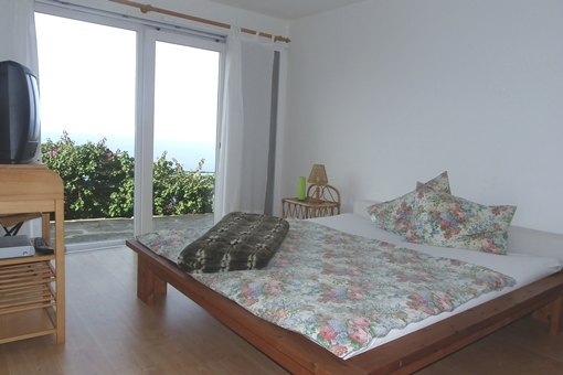 Amplio dormitorio del apartamento de invitados