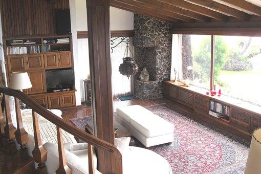 La sala de estar con vistas panorámicas de la costa y el mar