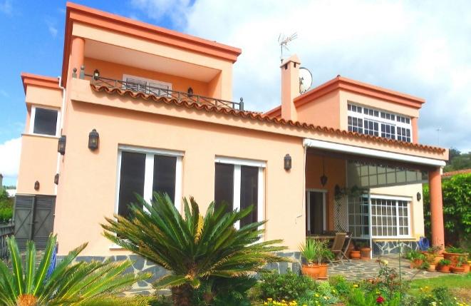 Villa con interesante diseño interior y muchos extras en una ubicación espectacular con vistas al mar