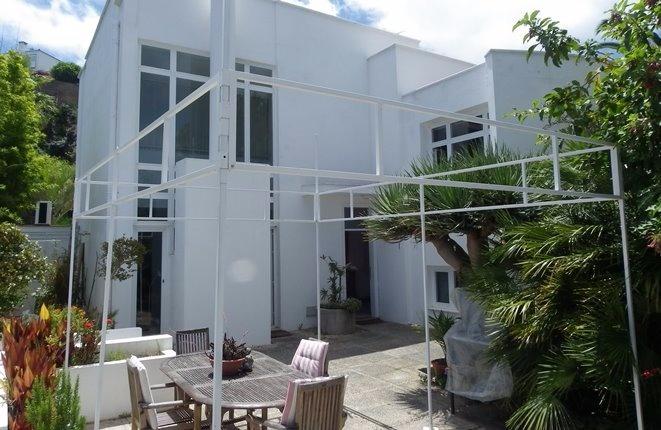 Villa moderna con hermosa estructura, vistas al mar y garaje grande
