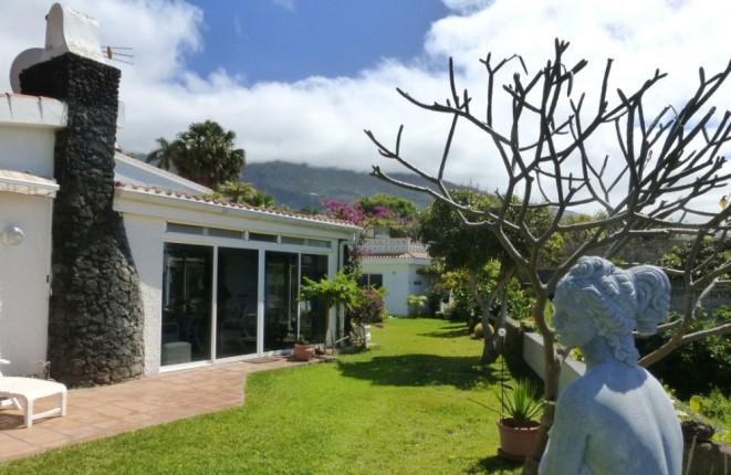 Ocasión en la costa romántica de Tenerife: Chalet con casa de huespedes, piscina climatizada y garaje