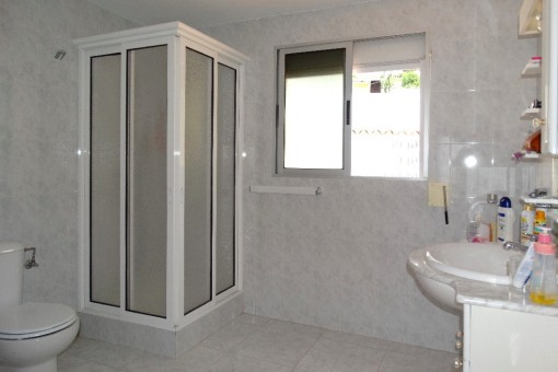 Cuarto de baño con cabina de ducha y ventana