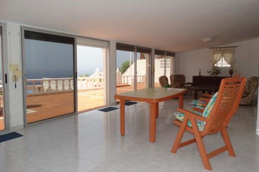 Primera sala de estar con grandes ventanales