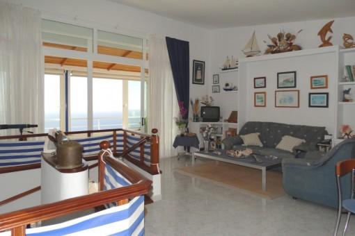 Luminosa sala de estar con techos altos