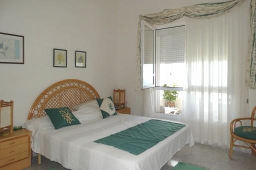 El dormitorio principal en la terraza con vistas al mar