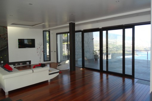 Amplio salón con parquet y acceso a la bonita terraza