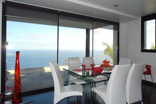 Comedor con vista panorámica al mar