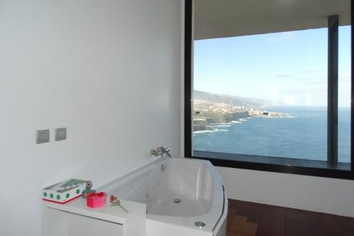 Bañera de hidromasaje con vista panorámica