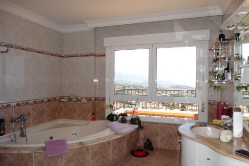 Baño amplio y luminoso en un diseño hermoso