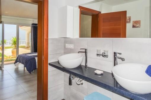 Luminoso baño en suite con 2 lavabos