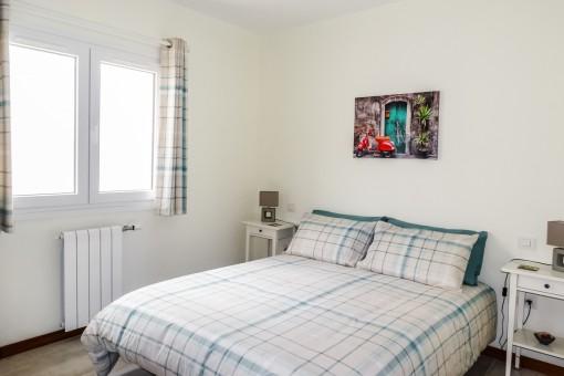 Espacioso dormitorio con cama doble