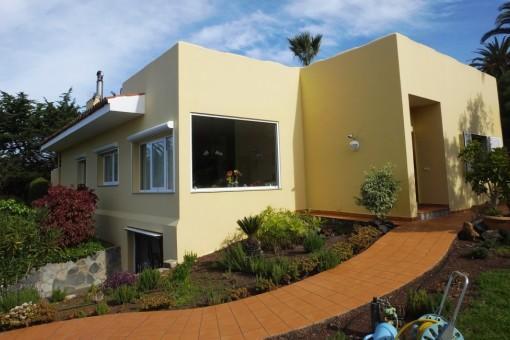 Elegante casa con hermosas vistas al mar y jardín bien cuidado