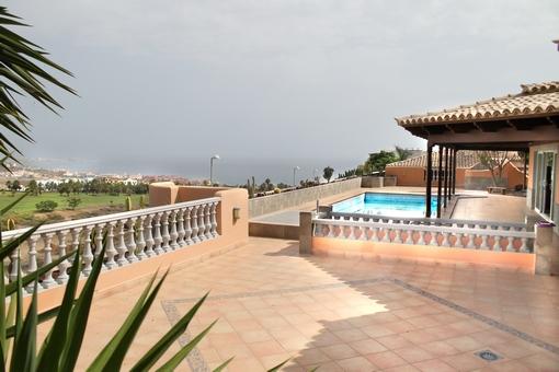 Gran terraza con piscina y vistas al mar