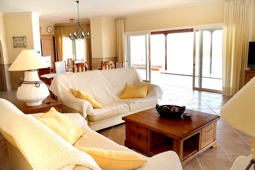 Salon y comedor espacioso con acceso a la terraza