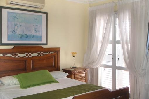 Otra habitación con cama doble y acceso a la terraza