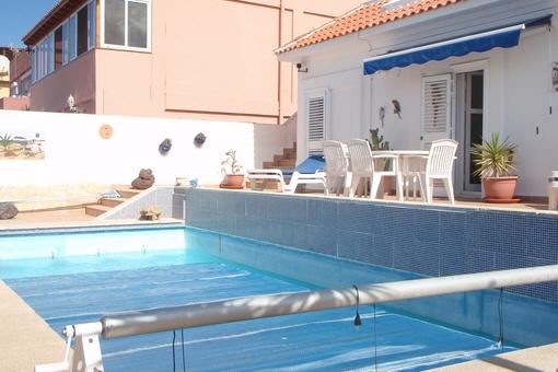 La bonita piscina y la terraza