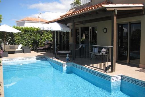 Villa elegante con piscina, jardín y terrazas grandes en Callao Salvaje