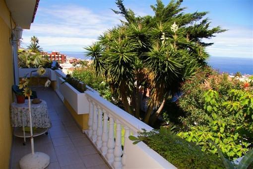 Casa grande con varias terrazas, jardín y vistas al mar