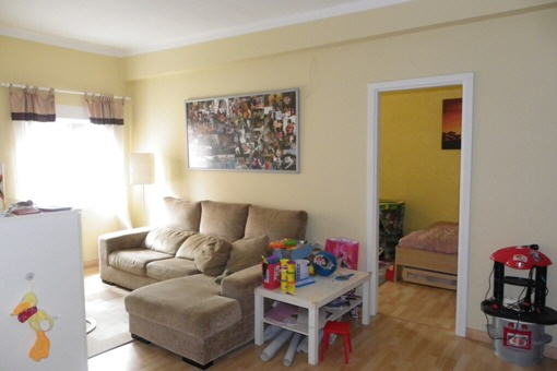 Luminosa sala de estar del apartamento de arriba