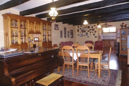 Sala y comedor con el paso a la cocina