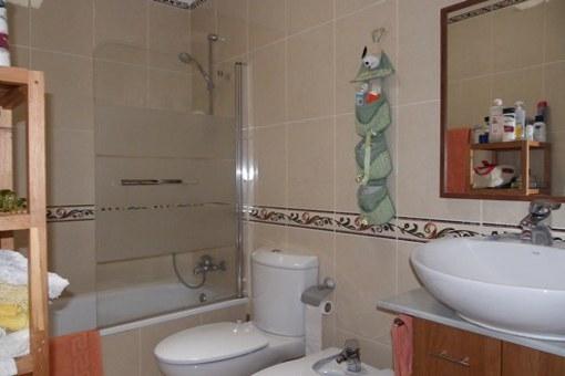 El cuarto de baño con bañera