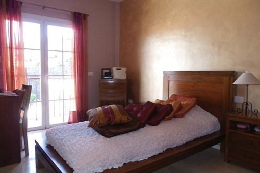 Otra habitación con puertas de cristal y balcón