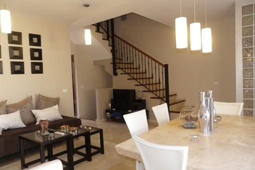 Salón con suelo de mármol y terraza barbacoa, vista al corredor