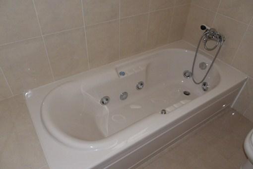 Bañera de hidromasaje en el baño del dormitorio principal