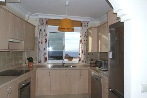 La cocina totalmente equipada con vistas al mar