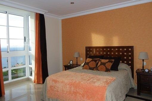 Dormitorio elegante con vistas al mar maravillosas