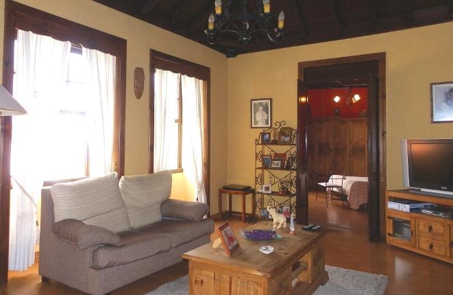 Sala de estar con vista a la habitación principal