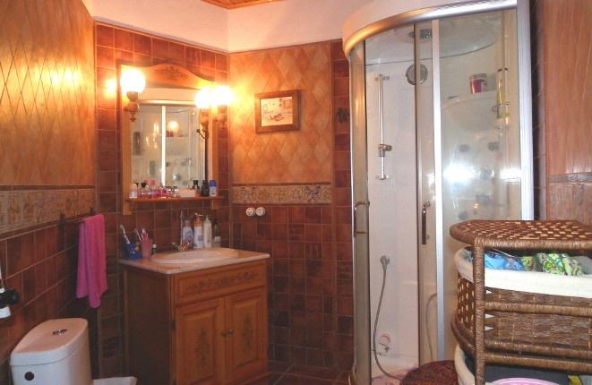 Cuarto de baño con ducha moderna