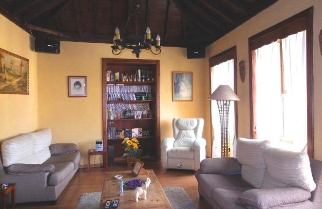 Acogedora sala de estar con estilo y biblioteca empotrada