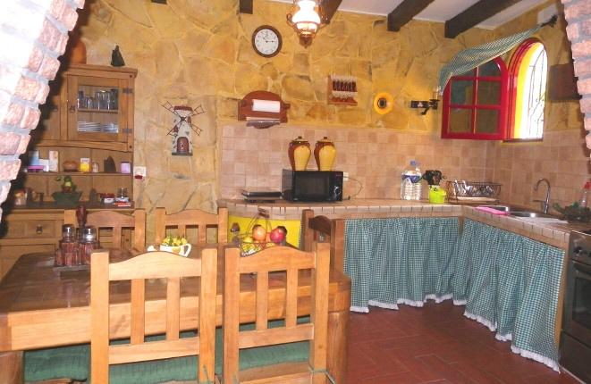 Cocina rústica con mesa de comedor