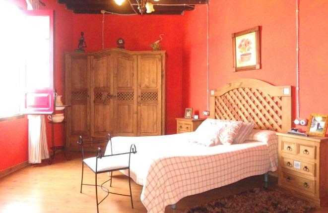 Bonito dormitorio, reconstruido en detalle y con techo histórico