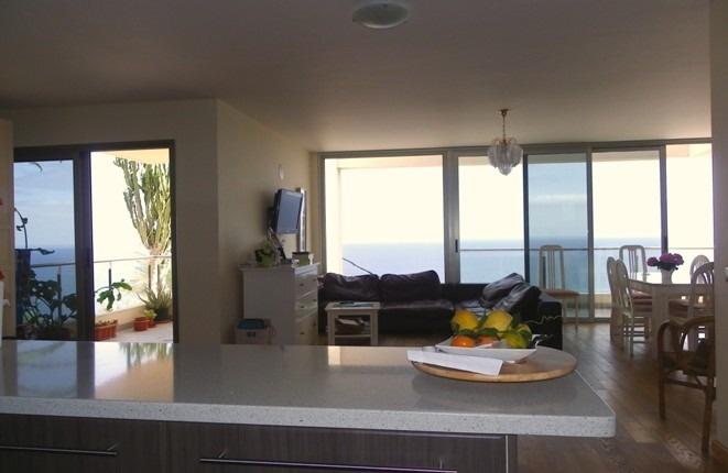 Salón con dos terrazas con panorámicas y grandes ventanales