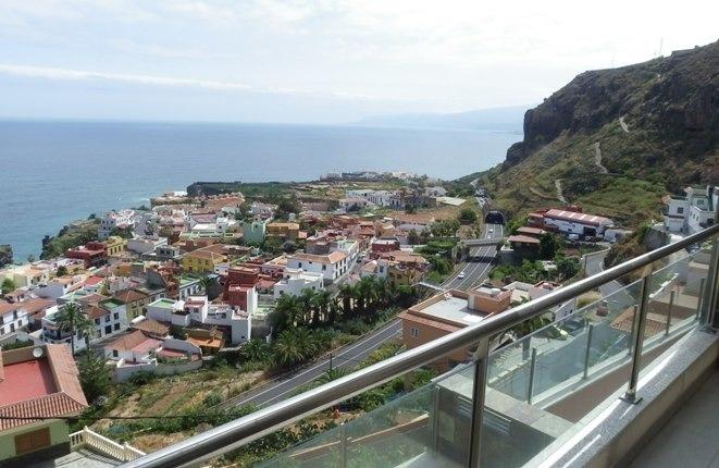 Vistas al mar y las montañas desde la parte superior y las terrazas inferiores