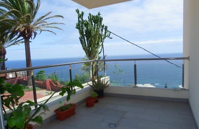 La esquina de la terraza cubierta que se encuentra por encima de la piscina